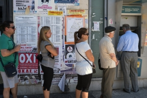 Warteschlange in Athen vor einem Geldautomaten der National Bank of Greece.jpg